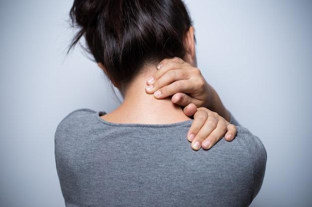 Mulher tem dor no pescoço