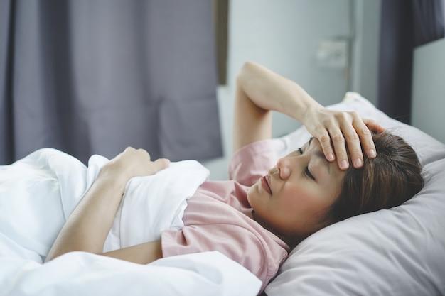 Mulher tem febre alta e dor de cabeça
