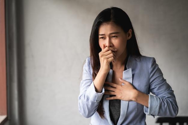 Mulher tem sintomas de tosse e febre