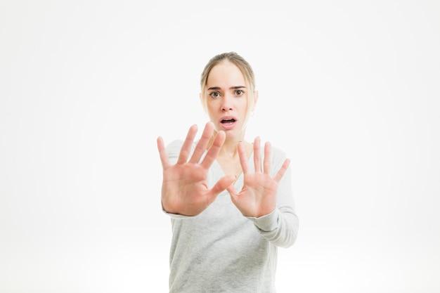 Mulher temerosa mostrando as palmas das mãos