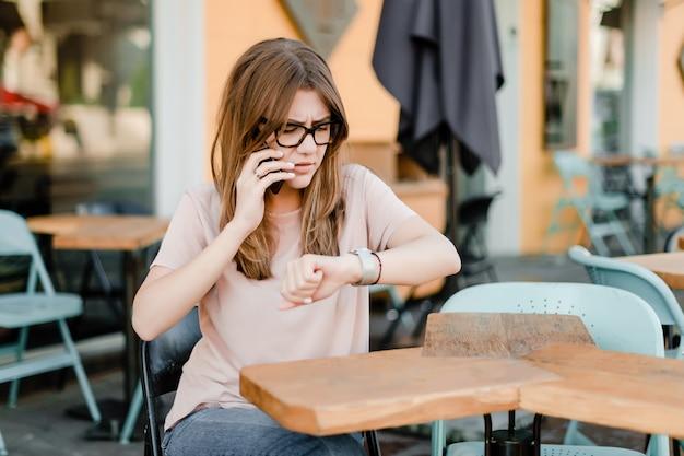 Mulher, tempo verificando, e, conversa telefone