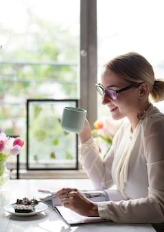 Mulher, tendo, bolo, e, café, em, loja café