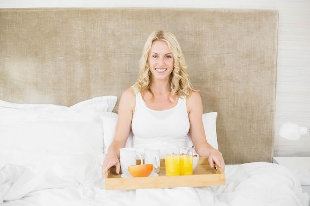 Mulher, tendo, café manhã cama, em, dela, quarto