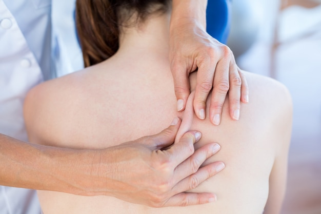 Mulher, tendo, costas, massagem, em, médico, escritório