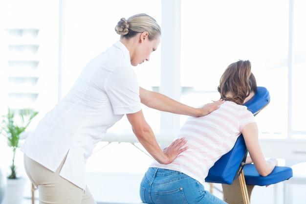 Mulher, tendo, costas, massagem