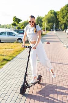 Mulher, tendo divertimento, montando, um, scooter