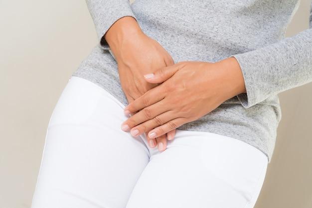 Mulher, tendo, doloroso, stomachache, com, mãos prendendo, apertando, dela, virilha, abaixar abdome