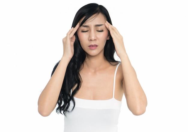 Mulher tendo dor de cabeça isolar em fundo branco
