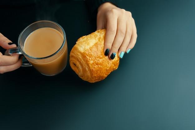 Mulher, tendo, pequeno almoço, francês, croissant, e, café, ligado, um, tabela escura