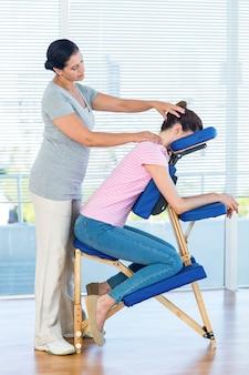 Mulher, tendo, pescoço, massagem