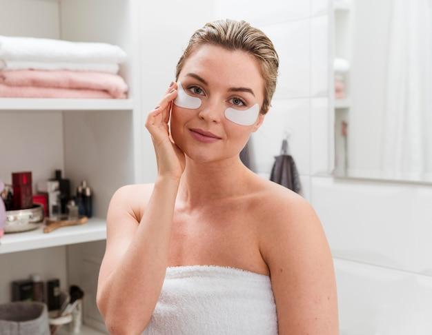 Mulher tendo sob bolsas de tratamento de manchas de olho