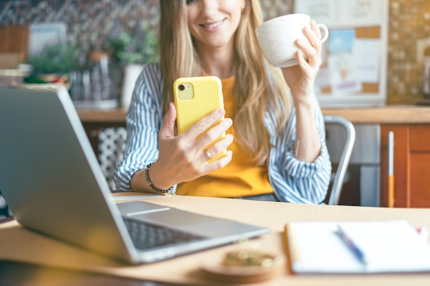 Mulher tendo um bate-papo por vídeo ao vivo no telefone