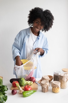 Mulher tendo um estilo de vida sustentável