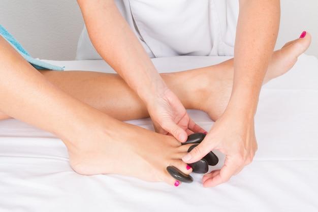 Mulher tendo um tratamento de pedicure feito