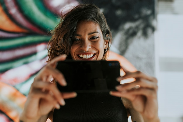 Mulher tendo uma chamada de vídeo