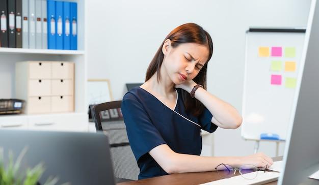 Mulher tendo uma dor de garganta no escritório