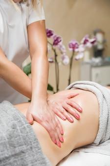 Mulher tendo uma massagem profissional do abdômen