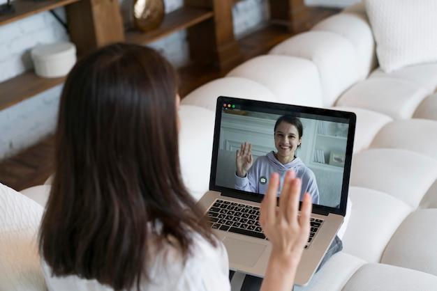 Mulher tendo uma reunião de negócios on-line em seu laptop