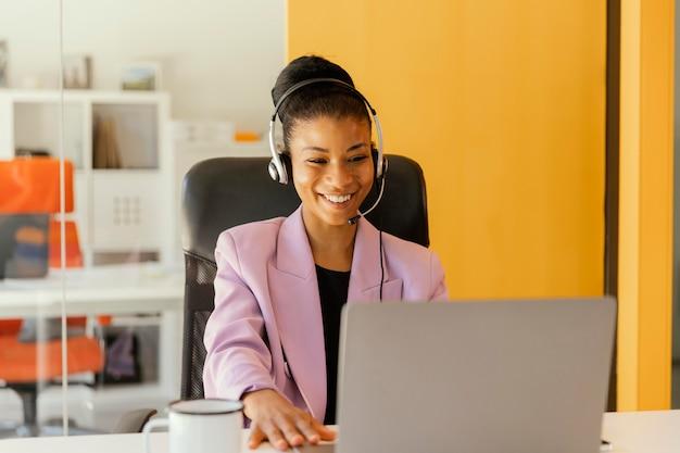 Mulher tendo uma reunião online para o trabalho