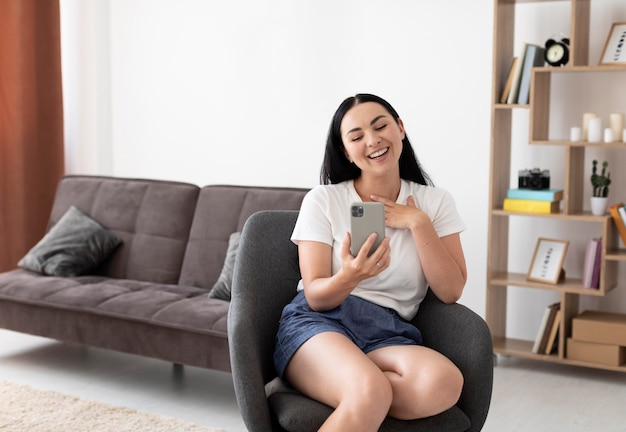 Mulher tendo uma videochamada com a família