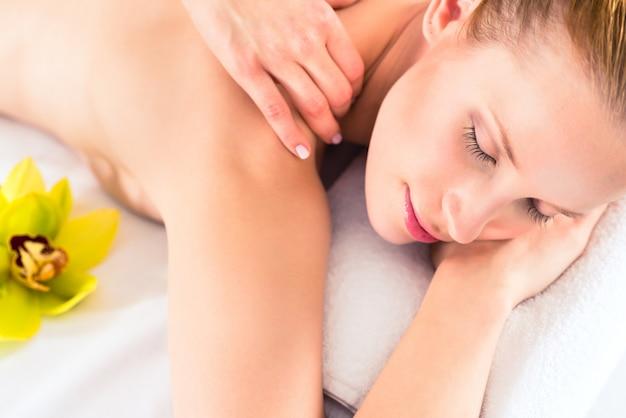 Mulher, tendo, wellness, massagem, em, spa
