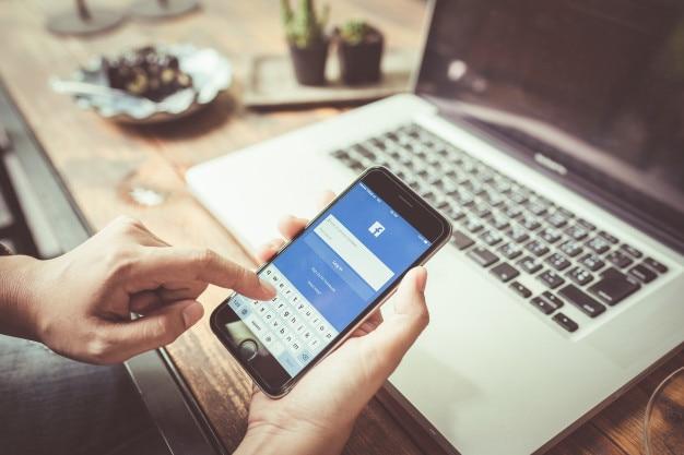 Mulher tentando entrar no facebook usando a apple