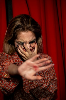 Mulher tentando não mostrar o rosto