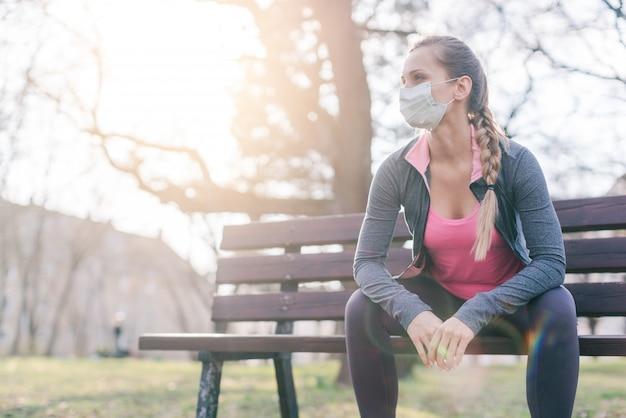 Mulher tentando praticar esporte durante crises de coronavírus em desespero no mundo