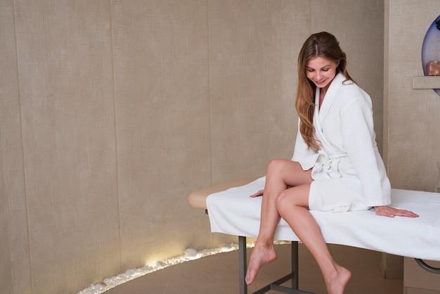 Mulher tentando uma pose no spa