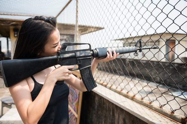 Mulher terrorista objetivo m16 rifle gun