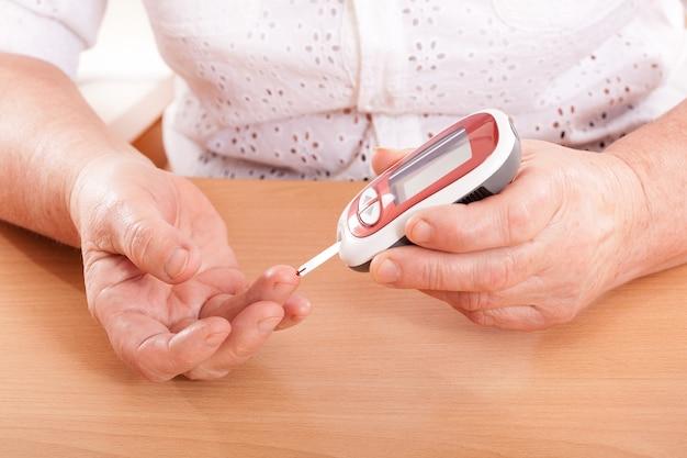 Mulher testando açúcar no sangue