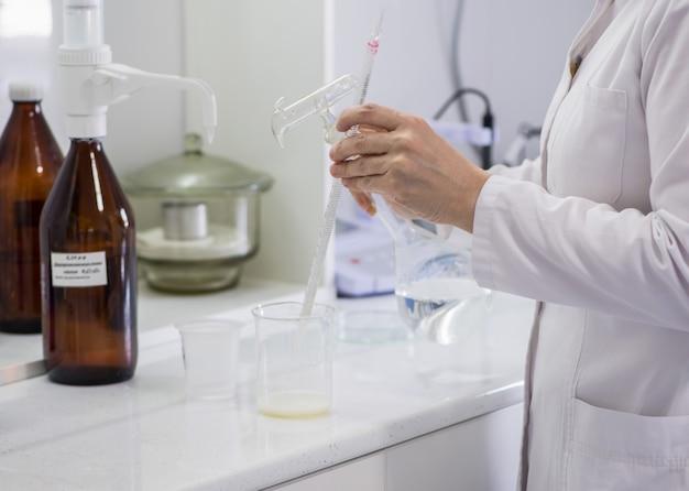 Mulher testando amostras de produtos lácteos no laboratório. laboratório de teste de uma fábrica de leite