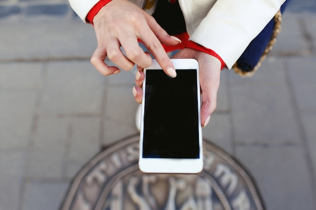 Mulher tira fotos de suas pernas ao telefone