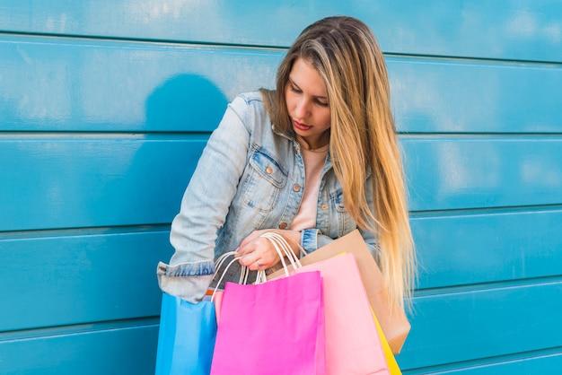 Mulher, tirando, algo, de, saco shopping