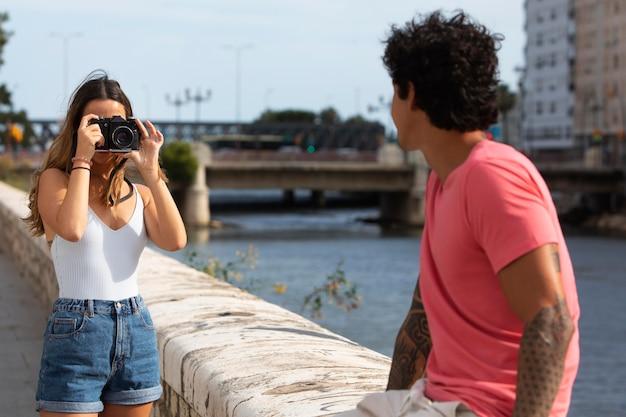 Mulher tirando foto do namorado