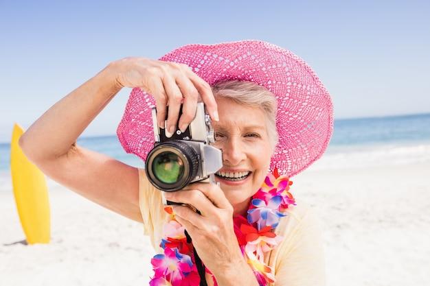 Mulher tirando foto sênior