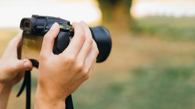 Mulher tirando fotos com uma câmera fotográfica