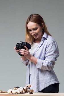 Mulher tirando fotos de comida no estúdio