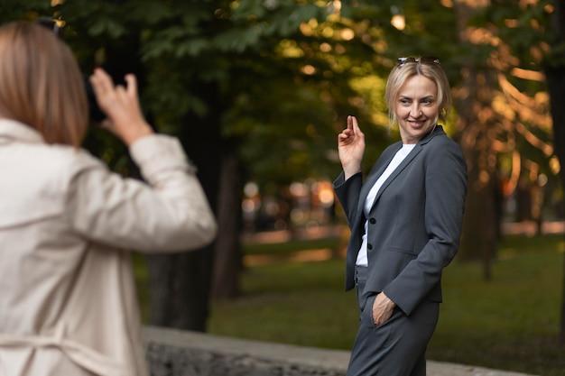 Mulher tirando fotos de perto