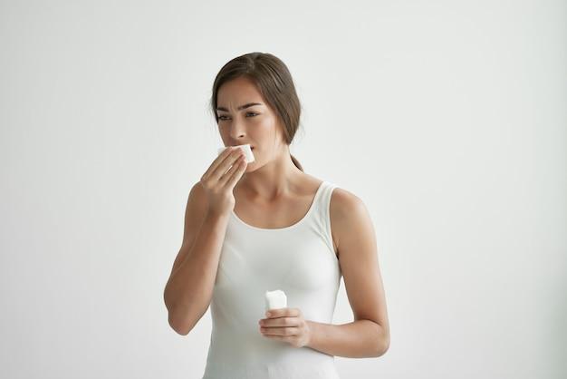Mulher tirando suor do rosto com lenço branco problemas de saúde