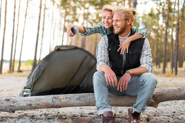 Mulher tirando uma foto com o namorado de longa distância