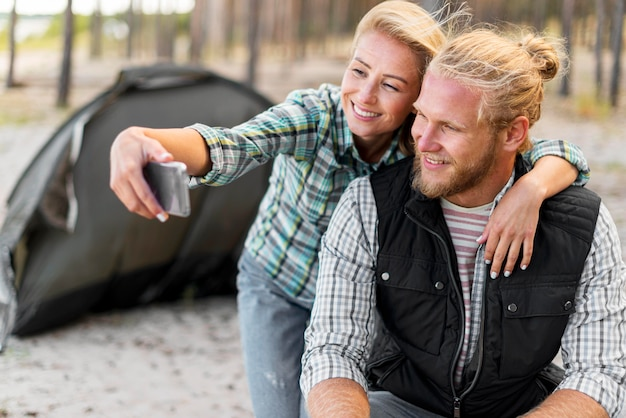 Mulher tirando uma foto com o namorado
