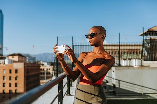 Mulher tirando uma foto de los angeles
