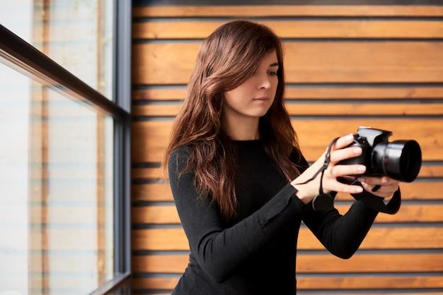 Mulher tirando uma foto no conceito de dia mundial fotógrafo