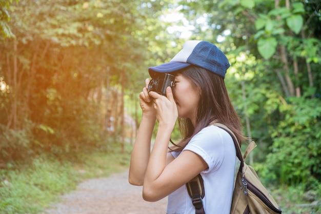 Mulher tirando uma foto