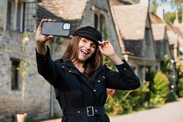Mulher tirando uma selfie enquanto viaja