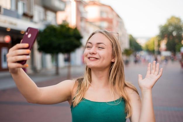 Mulher tirando uma selfie