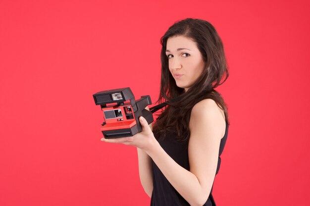 Mulher tirar uma foto com a câmera instantânea