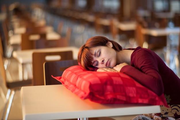 Mulher tired que dorme em um colchão