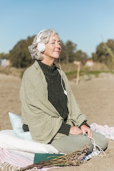Mulher tiro cheio, meditando, ao ar livre